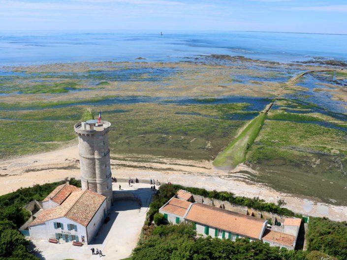 L'ancienne tour des Baleines depuis le phare des Baleines