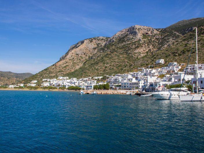 La baie ensoleillée de Kamares sur l'île de Sifnos, dans les Cyclades