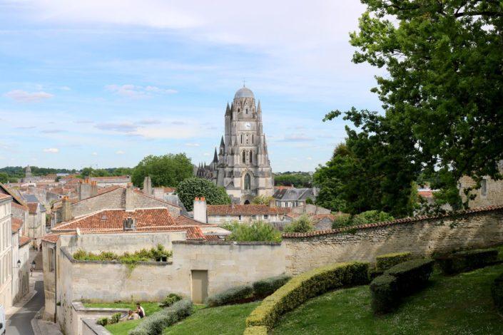 La cathédrale Saint-Pierre de Saintes vue depuis la place du Capitole