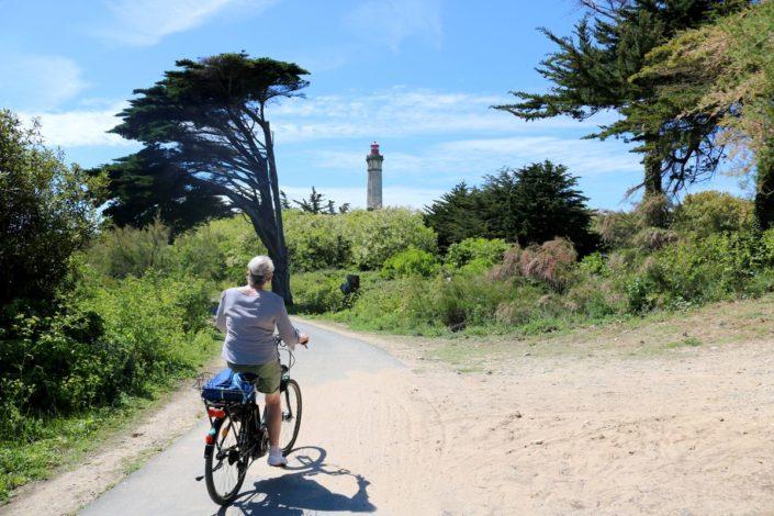 Cycliste en direction du phare des Baleines