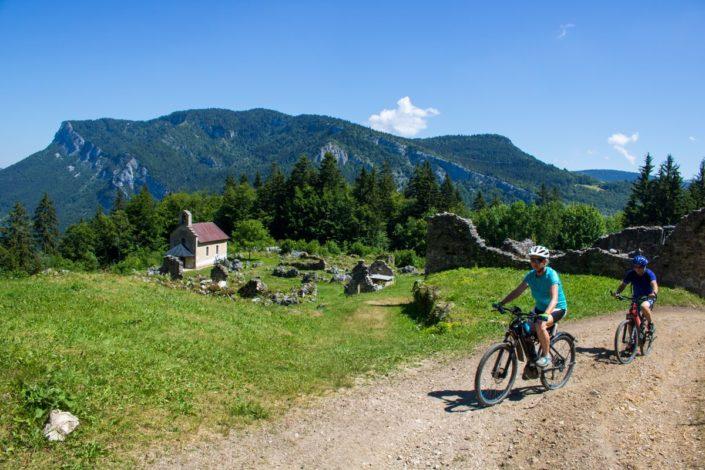 Cyclistes au hameau de Valchevrière