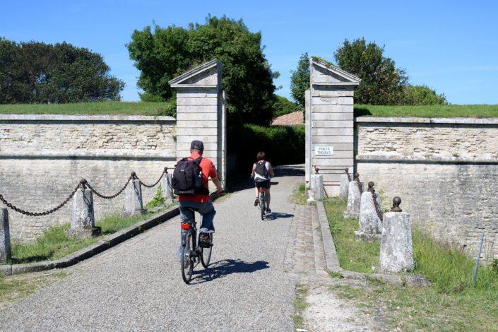 Cyclistes à la porte Thoiras, Saint-Martin-de-Ré
