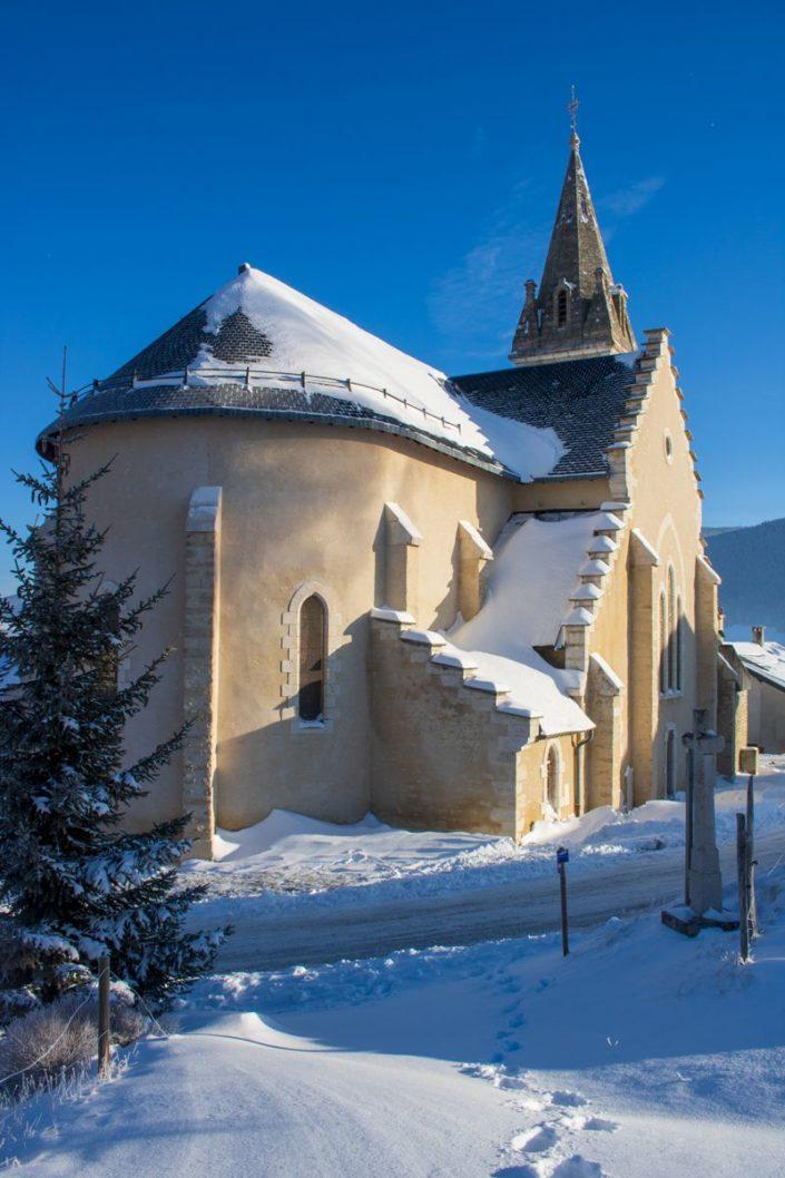 L'église du village de Méaudre en hiver