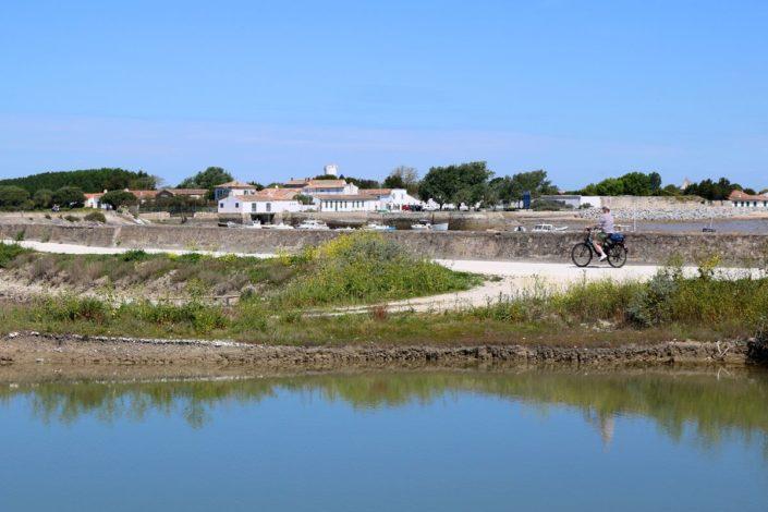 À vélo devant le village de Loix, île de Ré